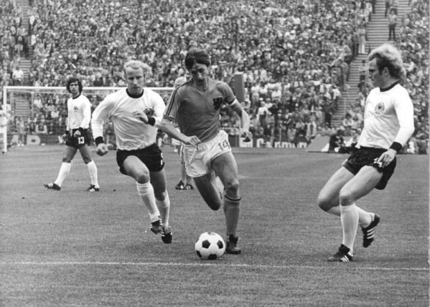 Bundesarchiv_Bild_183-N0716-0314,_Fußball-WM,_BRD_-_Niederlande_2-1.jpg